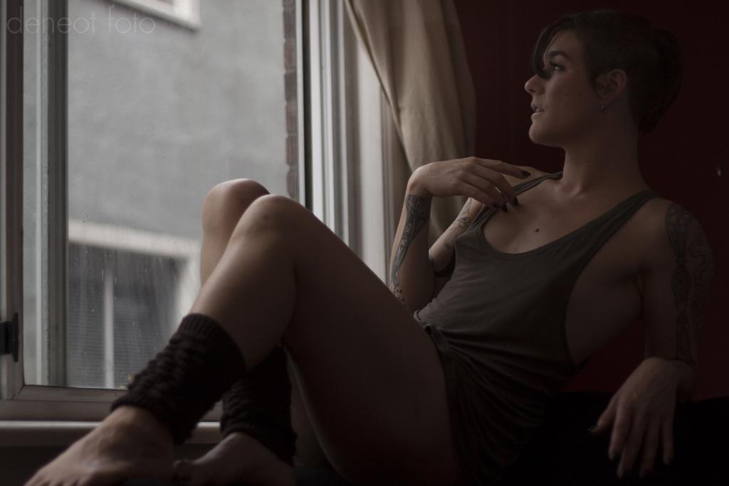 Lola Frost - deneot foto - sporty boudoir couch