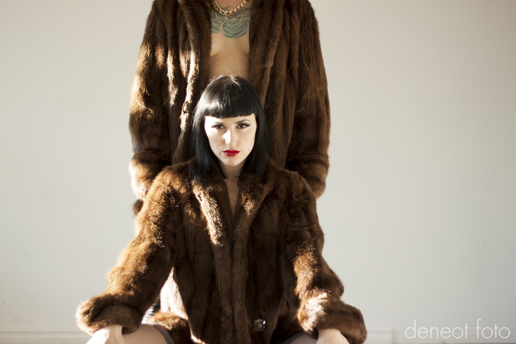 Audrey Hipturn & Kasey Riot - deneot foto - Leather & Fur