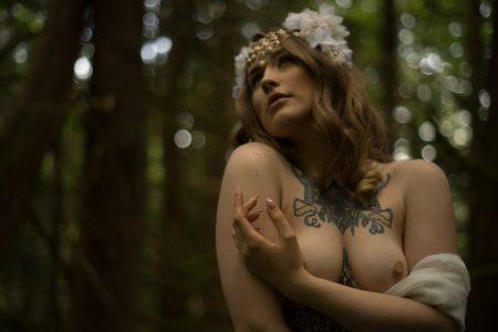 Florence Fatale in the grass - deneot foto